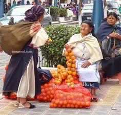 Scène de rue à Otavalo en Equateur. Street scene in Otavalo, Ecuador.