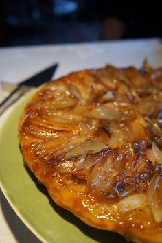 La tarte tatin aux pommes est un grand classique des desserts français. Elle est déclinée avec d'autres fruits, mais on peut aussi la fair...