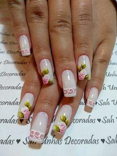 Não há como não gostar de rosas. E o nosso amor por esta flor também é revelado nas unhas decoradas. As unhas decoradas com rosas são bonitas e delicadas, além de serem elegantes. Você pode trabalhar as rosas em suas unhas de diferentes maneiras. Veja os exemplos abaixo! Rosas na filha Única Desenho de rosas… Pretty Nail Art, Gorgeous Nails, Manicure And Pedicure, Spring Nails, Finger, Nail Designs, Polish, Nailart, Edgy Nail Art