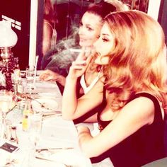 Beautiful photo of Sharon Tate and Barbara Bouchet at the London Playboy club. Old Hollywood Glamour, Vintage Glamour, Vintage Beauty, Barbara Bouchet, 1960s Hair, Sharon Tate, Women Smoking, Vintage Hairstyles, Prom Hairstyles