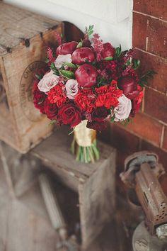 Exuberante e portentoso (talvez um bocadinho grande, também, mas isso é só um detalhe!)… Bouquet com rosas variadas e peónias do tamanho de maçãs.