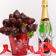 Čokoládové jahody jsou originální a romantický dárek k narozeninám, svátku i k výročí. Tato ovocná kytice vytvořená z čerstvých jahod namočených v hořké čokoládě potěší vaše přátele, kolegy z práce, partnera či děti. Objednejte si kytici Čokoládové jahody nebo lahodné čerstvé jahody v čokoládě a rozmazlete sebe či vaše nejbližší sladkým dárkem.