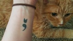 Este punto y coma con orejas de gato que simboliza la salud mental y la compañía felina leal. | 34 Tatuajes con los que personas cubrieron sus cicatrices de autolesiones