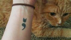 メンタルヘルスと忠実なネコの友を象徴するセミコロンとネコの耳。 | 前を向いていくため。自傷痕を覆い隠す34の美しいタトゥーたち