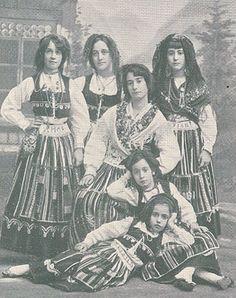 imagens scrapbook - OneDrive Folk Costume, Costumes, Portuguese Culture, Minho, Folklore, Old Photos, History, Photographs, Scrapbook