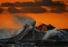 """É comum vermos circulando pela internet imagens de ondas nos oceanos em diversas partes do mundo e grande parte dessa """"popularidade"""" das ondas do mar é por conta do surf. Mas você já viu ondas em lagos? Esse tipo de formação não só é possível como impressiona qualquer espectador e, ao contrário do que você possa imaginar, essa..."""