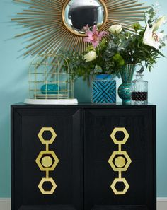 »Opulentes Dinner« | Kommode Turner Cabinet and Deckel-Vase Malachite X by JONATHAN ADLER, Birdcage by SALETTI & Aufbewahrungsdose Sansa