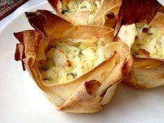 Быстрый и оригинальный завтрак. Минимум ингредиентов, легко в исполнении. А получается очень вкусно и сытно – хрустящая корзинка и нежная сырная начинка. Ну и красиво, конечно.