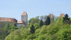 Die Türme von Schloss Neuburg erheben sich majestätisch über dem Inn, ein Tagungszentrum sowie ein Hotel beherbergt diese stattliche Burg. Adventure Travel, Natural Wonders, Germany, World