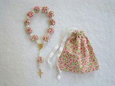 Hermoso rosario en tela con la bolsita haciendo juego.
