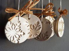 Изделия из холодного фарфора (40 фото): чудеса своими руками http://happymodern.ru/izdeliya-iz-xolodnogo-farfora-40-foto-chudesa-svoimi-rukami/ Оригинальные подвески из холодного фарфора