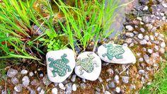 Gartendekoration Stein Frosch grün gelb,weißMosaik von Meine kleine kunterbunte Welt - abstrakte Acrylbilder und Gartendekoration aus Mosaik auf DaWanda.com