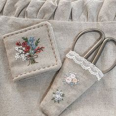 sweet needle book and scissor holder Silk Ribbon Embroidery, Embroidery Applique, Floral Embroidery, Embroidery Stitches, Embroidery Patterns, Fabric Yarn, Needle Book, Wool Applique, Sewing Accessories