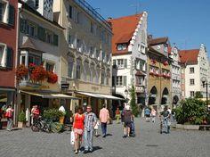 Am Ufer des Bodensees liegend ist Lindau eine malerische, lebendige Stadt. Die romantische Altstadt hat einen Postkarten-Charakter mit ansehnlicher Architektur und alten Fachwerkhäusern. Hier können Urlauber flanieren und das Leben genießen.