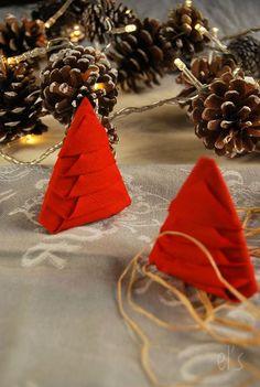 Pliage serviette pour Noël {sapin étape par étape} -Tangerine Zest