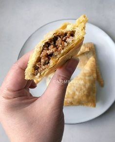 Indian puff pastry snacks Source by marliborn I Love Food, Good Food, Yummy Food, Pan Sin Gluten, Snack Recipes, Cooking Recipes, Mary Berry, Snacks Für Party, Indonesian Food