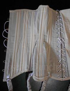 CRM ED 03. Corset Midbust Eduardiano ( reprodução) em sarja bege, com fechamento por busk com renda aplicado no decote.  Site: http://www.josetteblanchardcorsets.com/ Facebook: https://www.facebook.com/JosetteBlanchardCorsets/ Email: josetteblanchardcorsets@gmail.com josetteblanchardcorsets@hotmail.com