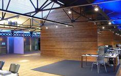 Showroom Aribau, Barcelona Increíble espacio de dobles alturas, luces cenitales, donde se planteó una cálida escenificación que ordenara los techos y se abriera en sus testeros. Lighting Design, Conference Room, Interior Design, Architecture, Barcelona, Furniture, Home Decor, Ceilings, Architects