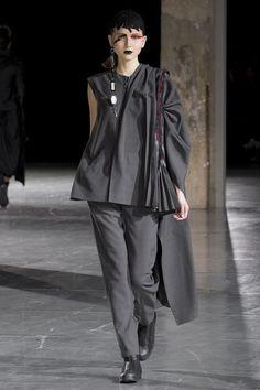 Yohji Yamamoto Fall 2017 Ready-to-Wear Collection Photos - Vogue