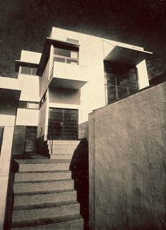 土浦亀城邸(つちうら かめき) 土浦亀城邸(1935年)は、「白い箱」型の外観をもち、内部は居間の吹抜けを中心とし複数の床レベルによって構成されたモダニズムの木造住宅である。