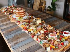 Sumptuous platters that are METRES long are latest wedding food trends. Food Platters, Cheese Platters, Rustic Platters, Rustic Buffet, Grazing Platter Ideas, Tapas, Fingers Food, Grazing Tables, Food Displays