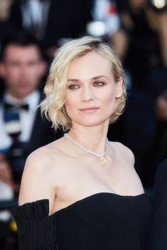 Diane Kruger, Prix d'interprétation féminine, petit carré bouclé maquillée par Dior à la cérémonie de clôture du Festival de Cannes 2017