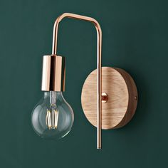 Industrial-style wall lamp made of copper-colored metal and .- Wandleuchte im Industrial-Stil aus kupferfarbenem Metall und Kautschukbaum Copper-colored metal industrial-style wall lamp Bedside Lighting, Bedroom Lighting, Bedside Wall Lights, Rubber Tree, Home Scents, Bedroom Lamps, Inspiration Wall, Industrial Style, Industrial Lighting