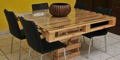 There are different pallet table plans for your living and drawing rooms. You can make the pallet tables with the planks of wood available in your home or you Pallet Furniture Designs, Pallet Designs, Pallet Ideas, Pallet Projects, Diy Projects, Wood Pallet Tables, Pallet Dining Table, Palet Table, Bed Table