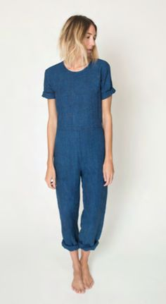 pinned by barefootstyling.com ILANA KOHN | Indigo blue jumpsuit | Short sleeves | Turn ups | Denim overalls | Spring Summer | Easy minimal