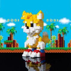 Figura pixel Tails 8 cm. Pixels Estupenda figura ideal para que los que les gustan los construcciones y similares se lo pasen de miedo. Es una figura del popular personaje de Tails del videojuego Sonic The Hedgehog de 8 cm con hasta 210 piezas en forma de ladrillos y que tendrás que montar.
