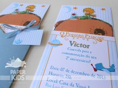 Le Petit Prince (no Brasil O Pequeno Príncipe; em Portugal, O Principezinho) é um romance do escritor francês Antoine de Saint-Exupéry, pub...