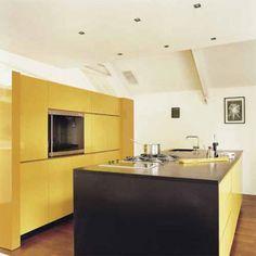 Une cuisine design et minimaliste simplement colorée