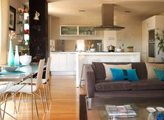 How to divide your living room, dining room and kitchen together - dininges Flat Interior, Interior Design, New Kitchen Cabinets, Room Kitchen, Kitchen Living, English House, Kitchen Design, Kitchen Ideas, Sweet Home