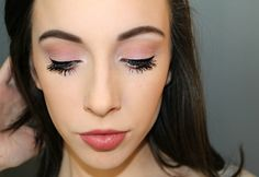 Have you got bored because of theglued eyelashes and pale lips? You will finally get rid of them thanks to these makeup tips! We open our trickbox to help you get the most annoying make-up problems under control. There are simple problems with make-up that you can easily cope with.There are, for example, the stains which appear to appear on the skin when the foundation is applied, or the annoyance of the lipstick, which never lasts long enough. With our dressing tips, these problems soon…