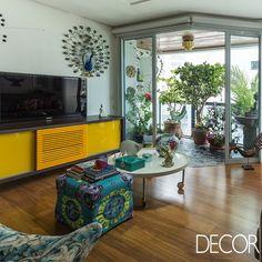 Reforma reflete a personalidade e o estilo de vida da proprietária a partir de cores vibrantes no décor. Assinada pela arquiteta Cris Passing, a renovação de apartamento traz peças em estilo retrô e itens do acervo pessoal da moradora.