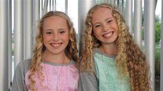 Double me (spiegelbeeld) - Junior Songfestival. Mijn dochter Jane is hier dol op. Twee leuke meiden.