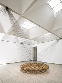 """Australian-based artist Ken Unsworth, did a suspended stones installation. The exhibition """"Suspended Stone Circle II"""" gathers 103 river stones of 33 pounds for each one, attached by 3 sets of black wires. Discover the exhibition in images and in video."""