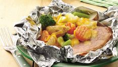 Grilled Cheesy Ham Supper Foil Packs Do you want to beat the heat in the kitchen? Fold these quick pouches of ham, broccoli and potatoes and cook them on the grill outdoors for an easy summer dinner without cleaning. Foil Packet Dinners, Foil Pack Meals, Foil Dinners, Barbacoa, Grilling Recipes, Cooking Recipes, Grill Meals, Smoker Recipes, Ham Recipes