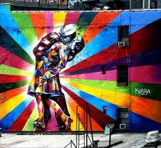 Eduardo Kobra, grafiteiro... (https://catracalivre.com.br/geral/economia-criativa/indicacao/kobra-transforma-beijo-em-nova-york-em-camiseta/(