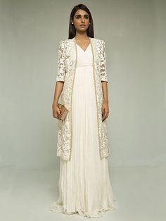 Indian fashion has changed with each passing era. The Indian fashion industry is rising by leaps and bounds, and every month one witnesses some new trend o Asian Fashion, Hijab Fashion, Fashion Dresses, Indian Fashion Modern, Pakistani Outfits, Indian Outfits, Look Girl, Desi Clothes, Indian Attire