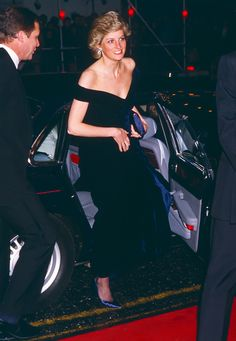 Diana Princess of Wales attends the Premiere of Wall Street in London's West End on April 27 1988 in London United Kingdom Oliver Stone, Lady Diana Spencer, Real Princess, Princess Kate, Diana Fashion, Royal Fashion, Princesa Diana, 27 Avril, Princess Diana Pictures