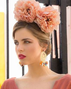 Las flores siempre acompañando a la belleza de las flamencas. 😍😍 Entre las cientos opciones que te proponemos, tienes la peonia de color… Moda Floral, Crown, Drop Earrings, Instagram, Jewelry, Fashion, Orange Blossom, Ruffles, Flamenco