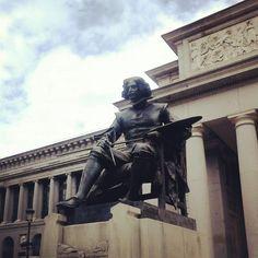Estatua dedicada a Velázquez delante del Museo del Prado, Madrid, Spain