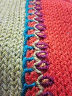 como unir con bordado de hilera de flores dos tejidos de diferente color e4 by laigeez, via Flickr