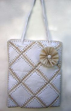 bolso en ecocuero y crochet - cool idea - could do with other fabrics - burlap denim Fabric Yarn, Fabric Crafts, Handmade Bags, Handmade Jewelry, Paper Flowers Craft, Crochet Purses, Knitted Bags, Bottle Crafts, Leather Craft