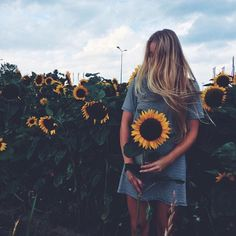 Image discovered by Alfon ღ. Find images and videos about girl, love and photography on We Heart It - the app to get lost in what you love. Senior Pictures, Cute Pictures, Random Pictures, Amazing Pictures, Sunflower Pictures, Foto Instagram, Disney Instagram, Instagram Fashion, Sunflower Fields