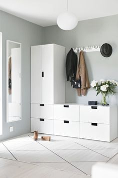 Light-filled entryway with Ikea 'Stuva' storage system Entryway for drop-off ähnliche tolle Projekte Room Interior, Interior Design Living Room, Nordli Ikea, Hallway Storage, Cloakroom Storage, Basement Storage, House Entrance, Entrance Ideas, Hallway Decorating