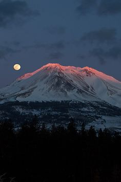 Alpenglow Moon --- by Mark Stensaas Images Nature Pictures, Cool Pictures, Beautiful Pictures, Beautiful Moon, Beautiful World, Beautiful Scenery, Monte Fuji, Shoot The Moon, Moon Photos