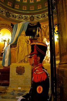 Féretro del General José de San Martín en la Catedral Metropolitana, custodiado por el Regimiento de Granaderos, creado por él. Buenos Aires, Argentina.