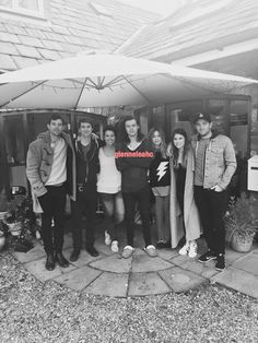 Harry looking like the leader! Harry Styles Update, Harry Styles Pictures, Harry Styles Family, Gemma Styles, One Direction Harry, Harry Styles Wallpaper, I Adore You, Reasons To Smile, Harry Edward Styles